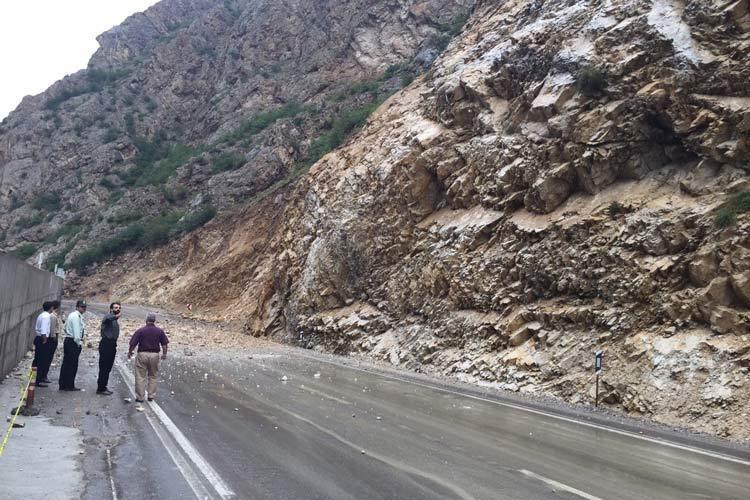 ریزش کوه در جاده چالوس