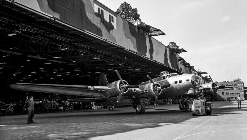 چگونه طراحان صحنه هالیوود در جنگ جهانی دوم از کارخانه های فراوری هواپیما محافظت کردند؟!