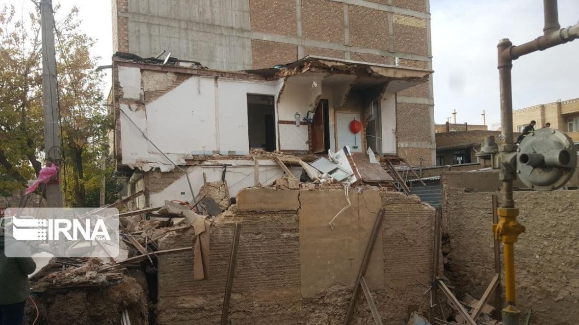 خبرنگاران ساختمان مسکونی بر اثر گودبرداری ناایمن در بوکان تخریب شد